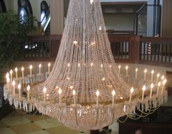 A chandelier light fixture